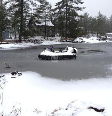 Photo hovercraft flying over broken ice